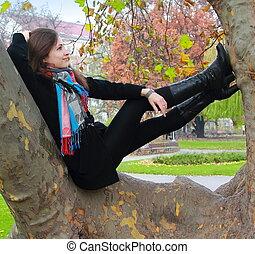 가을, 긴장을 풀고 있는 여성, 생각, 나무, 위로의, 복합어를 이루어 ...으로 보이는 사람, 색, 미소