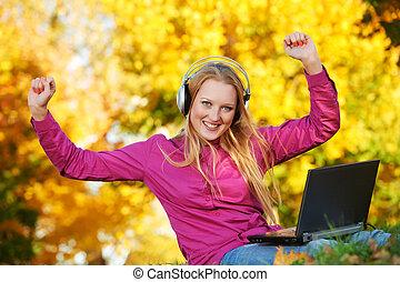 가을, 휴대용 퍼스널 컴퓨터, 여자, 옥외, 헤드폰