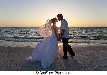 결혼한, &, 한 쌍, 신랑, 신부, 일몰, 결혼식, 키스하는 것, 바닷가