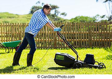 뒤뜰, 잔디, 깎고 있는 사람