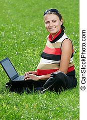 미소 여자, 휴대용 퍼스널 컴퓨터, 임신하고 있다