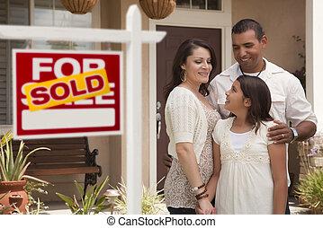부동산, 가족, 팔렸던 표시, hispanic하다, 정면, 가정