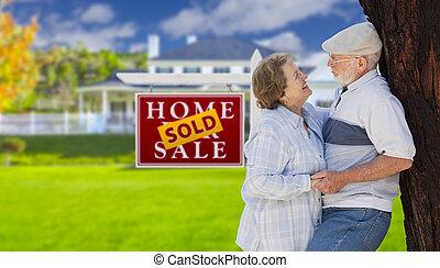 부동산, 집, 팔렸던 표시, 정면, 연장자 한 쌍