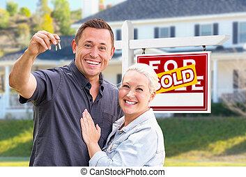 부동산, 키, 집, 한 쌍, 나이 적은 편의, 판매, 성인, 정면, 가정, 표시, 팔린다