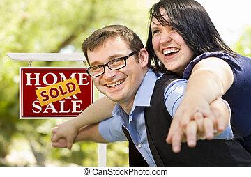 부동산, 한 쌍, 표시, 정면, 팔린다, 행복하다