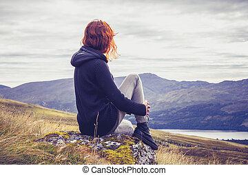 산 정상, 긴장을 풀고 있는 여성