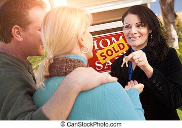 실상의, 건네는 것, 한 쌍, 재산, 키, 집, 위의, 판매, 대리인, 표시, hispanic하다, 여성, 정면, 새로운, 팔린다, 행복하다