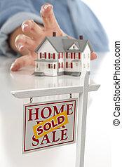 실상의, 여자, 재산, 도착하는 것, 집, 팔렸던 표시, 정면