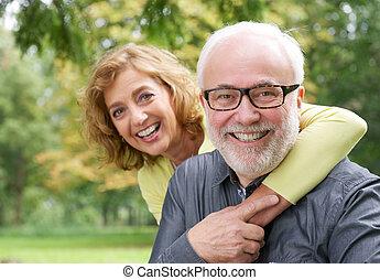 여자, 더 낡았다, 채택하는 것, 사람을 웃어 나타내는 것, 행복하다