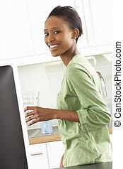 여자, 현대, 나이 적은 편의, 컴퓨터, 을 사용하여, 부엌