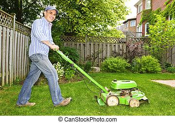 잔디, 깎고 있는 사람