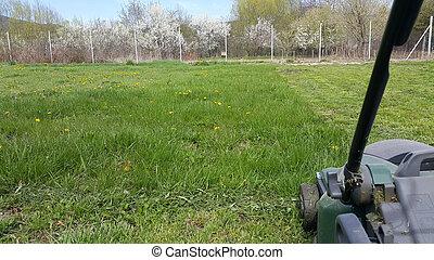 잔디, 풀을 깎는 것, 잔디 깎는 사람