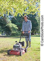잔디 풀 베는 기계, 남자, 을 사용하여