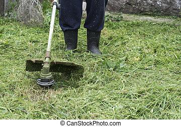 잔디 풀 베는 기계, 손질하는 사람
