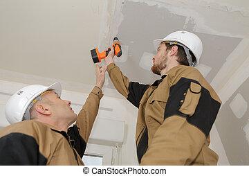 천장, 노동자, 구멍을 내는 것
