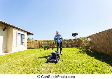 쾌활한, 잔디, 남자, 나이 적은 편의, 깎는 것