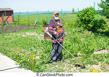 풀, mows, 그의 것, 전기, 집, trimmer., 연장자 남자