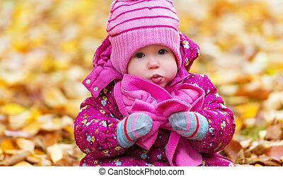 혼자서 젓는 길쭉한 보트, 옥외, 공원, 가을, 아이, 갓난 여자 아기, 행복하다